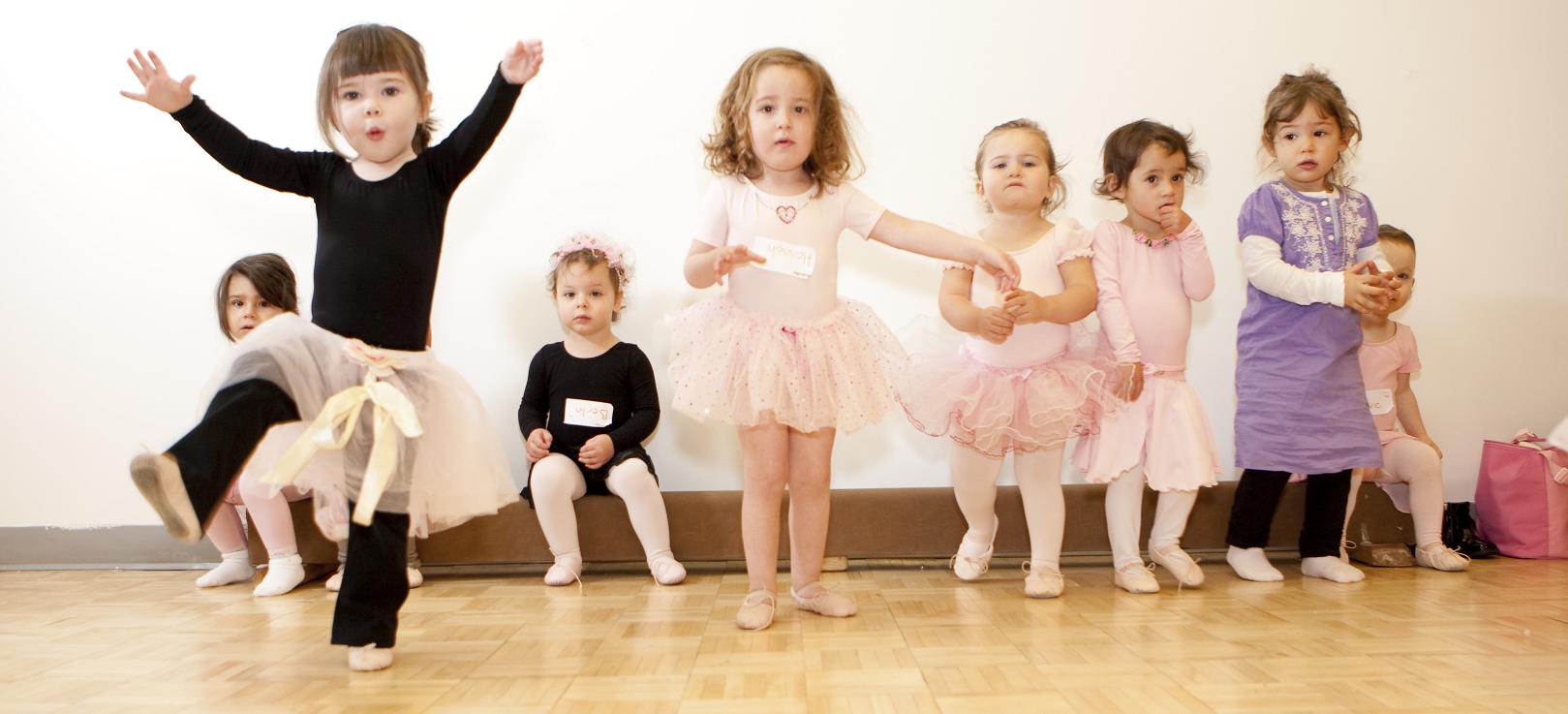 картинка танец малышей везде
